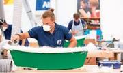 Zwei Bootsfachwarte in Aktion während der Eröffnungsfeier der Schweizer Berufsmeisterschaften 2018. (Bild: Keystone/Anthony Anex)