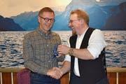 Mit der Schlüsselübergabe für das Probelokal gratulierte der abtretende Präsident Fabian Wyrsch seinem Nachfolger Stefan Bissig (links). (Bild: Georg Epp (Flüelen, 1. Dezember 2018))