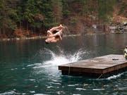 Das kalte Wasser im Blausee hat die Schwimmer nicht abgeschreckt. Das Schwimmen für einen guten Zweck verzeichnete einen Teilnehmerrekord. (Bild: Stiftung Freude herrscht)