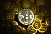Ist wirklich alles Gold, was glänzt? Der Bitcoin ist die wohl bekannteste Kryptowährung, doch der Kurs schwankt stark. (Bild: Jens Kalaene/Keystone)