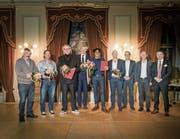 Stadtpräsident Anders Stokholm und Stadtschreiber Ralph Limoncelli posieren im Rathaus mit den Preisträgern und Laudatoren. (Bild: Reto Martin)