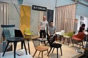 Eddy Haller und Sandro De Mattio von Sitzwerk präsentieren in der Shedhalle ihre bearbeiteten Stühle aus England und Italien. (Bild: Christian Tschümperlin (Zug, 1. Dezember 2018))
