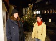Nadia Maria Endrizzi (links) umrahmte den Adventsapéro des Einwohnervereins Werdenberg musikalisch, da freute sich auch Präsidentin Veronika Kuhn. Bild: (Hansruedi Rohrer)