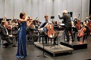 Das Stadtorchester Zug mit den Solisten Milena Bonaventurové (links) und Rupert Hunz. (Bild: Christoph Trächslin (Zug, 2. Dezember 2018))