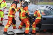 Bestandteil der Übung: Eine schwerverletzte Person wird aus einem der Autos geborgen. (Bild: Paul Gwerder, Erstfeld, 1. Dezember 2018)