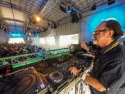 Hinter den Plattentellern fühlt sich DJ Johnny Lopez wohl. Hier sorgt er im Bacardi-Dome am Open Air St.Gallen für Stimmung. (Bild: Peter Hummel)