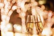 In tulpenförmigen Gläsern kann sich das Aroma des Champagners entfalten, gleichzeitig bleibt seine Spritzigkeit erhalten. Lange Stiele verhindern, dass die Hand das Glas zu schnell erwärmt. (Bild: Imago)