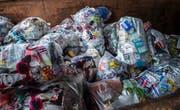 Mit dem KUH-Bag werden Kunststoffe wie Lebensmittelverpackungen, Shampoo-, Öl- und Essigflaschen gesammelt. Nicht in den KUH-Bag gehören PET-Flaschen; diese können kostenlos an den Verkaufsstellen zurückgegeben werden. (Bild: Andrea Stalder)