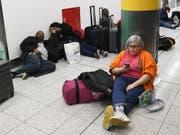 Zehntausende Gestrandete am Flughafen Gatwick versuchen sich die Zeit totzuschlagen. (Bild: KEYSTONE/EPA/FACUNDO ARRIZABALAGA)