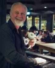 Johnny Lopez aktuell als Bar-DJ im «Blumenmarkt». (Bild: Peter Hummel)
