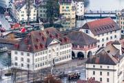 Die beiden kantonalen Museen am Kasernenplatz: Natur-Museum (links im Vordergrund) und Historisches Museum (rechts, mit den blauen Fensterläden).Bild Roger Grütter