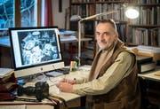 «Sie sammelte jedes Fläschchen, jeden Fetzen, jede Schachtel»: Helio Hickl zeigt am Computer, wie es im Haushalt seiner Mutter aussah. (Bild: Reto Martin)