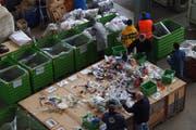Die manuelle Sortierung des KUH-Bag-Inhalts bei der Empa ergab, dass 70 Prozent wiederverwertbar sind. Bei der maschinellen Sortierung liegt die Wiederverwertungsquote bei rund 50 Prozent; die Technik wird laufend optimiert. (Bild: PD)