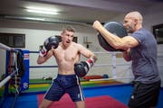 Zino Meuli (links) trainiert im Boxkeller in Wittenbach mit Christian Würgler, der zusammen mit René Engler Meulis Trainerduo bildet. (Bild: Urs Bucher)