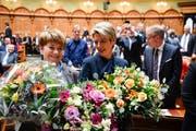 Blumen für die Neugewählten: Viola Amherd (links) und Karin Keller-Sutter. (Bild: Anthony Anex/Keystone, Bern, 5. Dezember 2018)