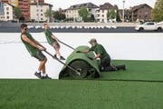 Der Kunstrasen im neuen Kleinfeld-Stadion wird ausgerollt. (Bild: Boris Bürgisser (Kriens, 10. September 2018))