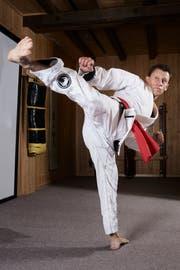 Im Kung-Fu setzt Guido Kessler auch Beintechnik ein. (Bild: Jakob Ineichen, Galgenen, 4. Dezember 2018)