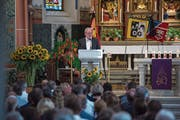 Oscar J. Schwenk, Pilatus-Verwaltungsratspräsident, spricht an der Abdankungsfeier für die verunglückte Familie. (Bild: Dominik Wunderli (Ennetbürgen, 22. August 2018))