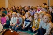 Die Hildisrieder Primarschüler und Kindergärtler beim gemeinsamen Singen. Bild: Philipp Schmidli (21. Dezember 2018)