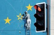 In Grossbritannien wird Europa demontiert: Wandbild des britischen Künstlers Banksy in Dover. (Bild: Gareth Fuller/AP (Dover, 11. Dezember 2018))