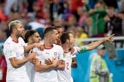 Der Doppeladler – diese Geste der Schweizer beim 2:1-Sieg im WM-Gruppenspiel gegen Serbien sorgte für viel Aufregung (von links): Valon Behrami, Ricardo Rodriguez, Granit Xhaka, Manuel Akanji, Stephan Lichtsteiner. (Bild: Laurent Gilliéron/Keystone (Kaliningrad, 22. Juni 2018))