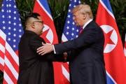 Kim Jong Un (links) und Donald Trump fanden dieses Jahr versöhnlichere Worte. (Bild: Evan Vucci/AP Photo (Singapur, 12. Juni 2018))