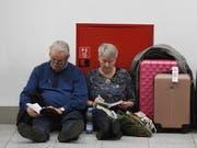 Zeitvertreib, bis endlich der Flugbetrieb in Gatwick wieder läuft. (Bild: KEYSTONE/EPA/FACUNDO ARRIZABALAGA)