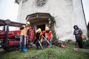 Bauleiter Patrick Abt, Besitzerin Ursula Trucco und Architektin Karin Simmen (von links) vollziehen den Spatenstich. (Bilder: Manuela Jans-Koch, Dierikon, 22. Dezember 2018)