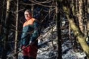 Hier fühlt er sich seit rund 40 Jahren zu Hause: Der abtretende Revierförster Franz Laimbacher im Wald bei seinem Wohnort in Unteriberg. (Bild: Boris Bürgisser, Unteriberg, 13. Dezember 2018)