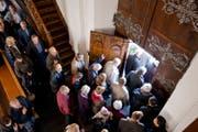 Besonders über die Festtage strömen die Leute in die Kirche. Doch wie kann man sie dazu bewegen, auch unter dem Jahr eine Messe zu besuchen? (Bild: Alessandro Della Bella / Keystone)