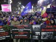 Tausende Rumänen gedenken der Revolution von 1989 und protestieren gegen die aktuelle Regierung. (Bild: KEYSTONE/EPA/ROBERT GHEMENT)