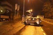 Das Auto prallte in ein Geländer. (Bild: Zuger Strafverfolgunsbehörden (Walchwil, 22. Dezember 2018))