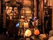 Russische Rettungskräfte vor einem Lift zum Zugang des Bergwerks bei Solikamsk. (Bild: KEYSTONE/AP RU-RTR Russian Television)