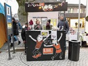 Jugendarbeiter Marc Hofstetter mit Jugendlichen an der mobilen Bar der Offenen Jugendarbeit Altdorf. (Bild: PD)