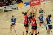 Die Spielerinnen von Volley Toggenburg kehrten am Wochenende zum Erfolg zurück und besiegten die Innerschweizerinnen aus Luzern. Die Chancen für das Erreichen der Finalrunde sind weiterhin intakt. (Bild: Reinhard Kolb)