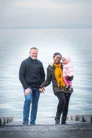 Ralph Klee steht mit seiner Frau und der Tochter am Bodensee.