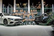 Patrick Walker (Zweiter von links) und sein Team der Garage Walker in Schattdorf freuen sich über ihren Erfolg. (Bild: PD)
