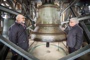 Pfarrer Christoph Baumgartner und Glockenexperte Hans Jürg Gnehm im Glockenturm der katholischen Kirche Bischofszell.