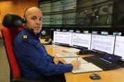 Karl Walker arbeitet an Heilgabend in der Alarm- und Einsatzzentrale im Werkhof Flüelen. (Bild: Markus Zwyssig)