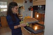 Heidi Kohler holt die frisch gebackenen Gewürzguetzli aus dem Ofen. (Bilder: Karin Erni)