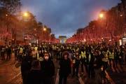 Schlecht fürs Weihnachtsgeschäft: Gelbwesten demonstrieren auf den Champs-Elysées. (Bild: Nicolas Economou/NurPhoto (Paris, 8. Dezember 2018))