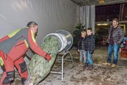 Da leuchten die Kinderaugen: Markus Koller verpackt einen Christbaum. (Bild: Christoph Heer)