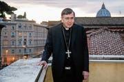 Kardinal Kurt Koch im Vatikan auf dem Balkon des herrschaftlichen Gebäudes, in dem er arbeitet. Im Hintergrund rechts die Kuppel des Petersdoms. (Bild: Fabio Frustachi (Rom, 27. November 2018))