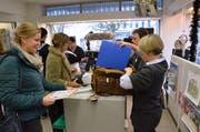 Lachende Gesichter am Sonntagsverkauf in der Papeterie Kostezer an der Oberen Bahnhofsstrasse in Wil. (Bild: Christoph Heer)