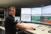Bruno Walker aus Altdorf arbeitet am Heiligabend in der Netzleitstelle des EWA. (Bild: Markus Zwyssig)