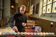 Marvin Schulz zündet in der Pauluskirche eine Kerze an. (Bild: Dominik Wunderli (Luzern, 11. Dezember 2018))