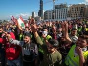 Hunderte haben im Zentrum von Beirut gegen Korruption und die schwierige Versorgungslage demonstriert - zum Teil in gelben Westen. (Bild: KEYSTONE/EPA/NABIL MOUNZER)