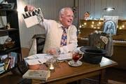 Mitbegründer Otto Odermatt verhilft dem Chäslager mit hundert Geschichten zu neuen Stühlen. (Bild: Romano Cuonz, Stans, 21. Dezember 2018)