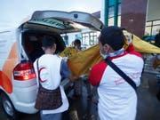 Rettungskräfte bergen nach der Tsunami-Flutwelle in Indonesien weitere Leichen. (Bild: KEYSTONE/EPA/ADI WEDA)
