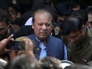 Der frühere pakistanische Premierminister Nawaz Sharif muss für sieben Jahre ins Gefängnis. In dem Fall geht um die ungeklärte Finanzierung eines Stahlwerks in Saudi-Arabien. (Bild: KEYSTONE/AP/K.M. CHAUDARY)